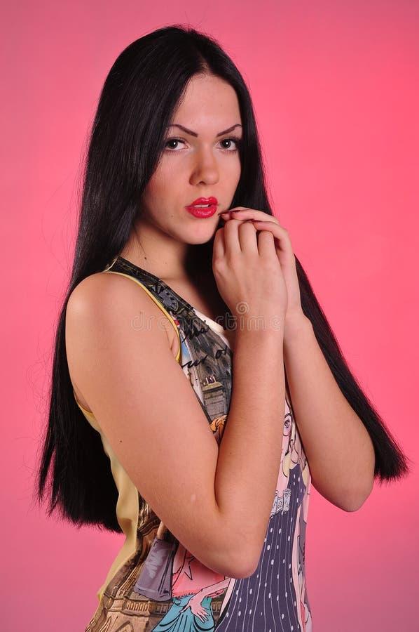 Jovem mulher com cabelo preto longo foto de stock
