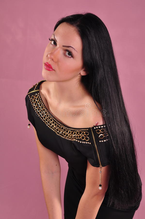 Jovem mulher com cabelo preto longo no vestido imagem de stock royalty free