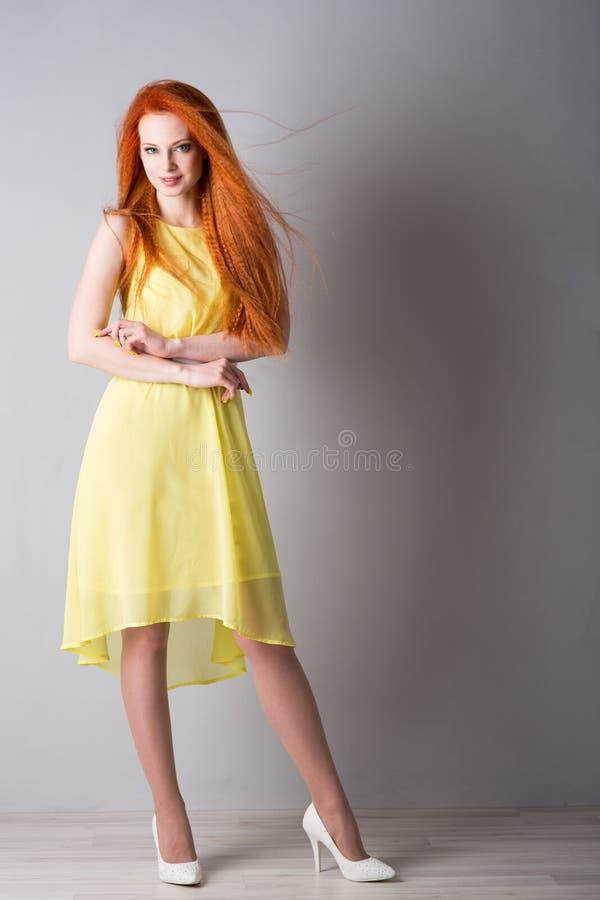 Jovem mulher com cabelo vermelho fotos de stock royalty free