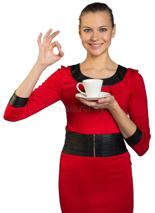 Jovem mulher com café bebendo do sorriso dos dentes imagem de stock royalty free