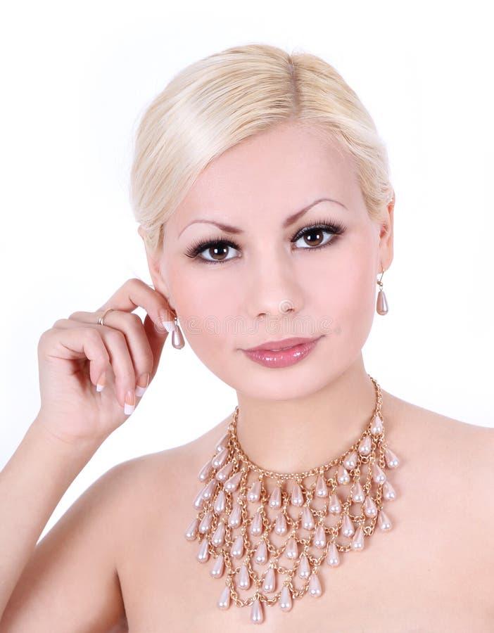 Jovem mulher com colar e brincos da pérola imagens de stock royalty free