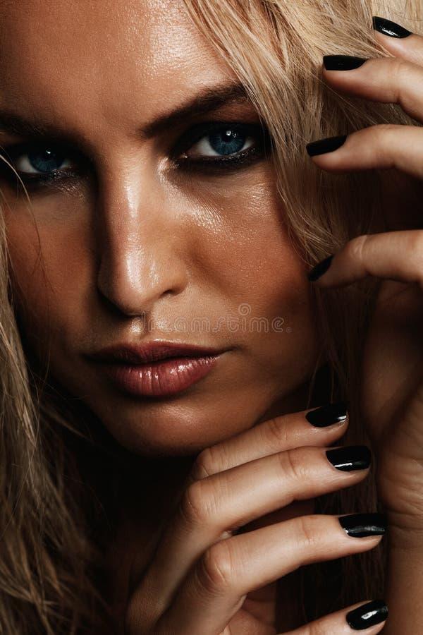 Jovem mulher com composição molhada fotografia de stock