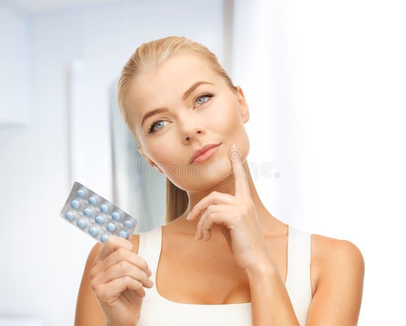 Jovem mulher com comprimidos foto de stock
