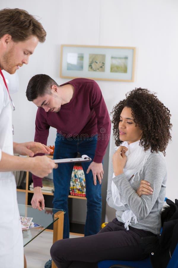 Jovem mulher com conduto e febre que queixam-se ao therapeutist novo foto de stock royalty free