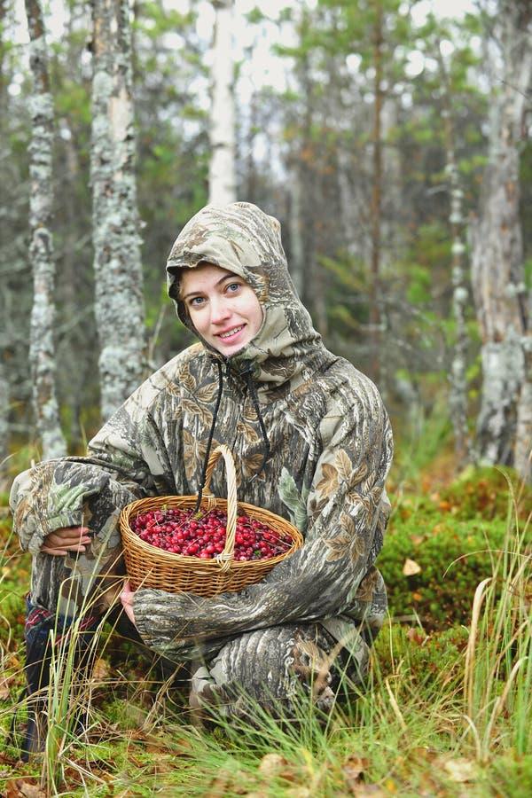 Jovem mulher com cranberrys fotografia de stock royalty free