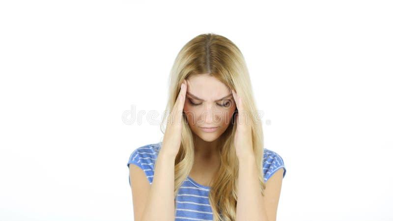 Jovem mulher com dor de cabeça, frustração, tensão, fundo comprimido, branco foto de stock