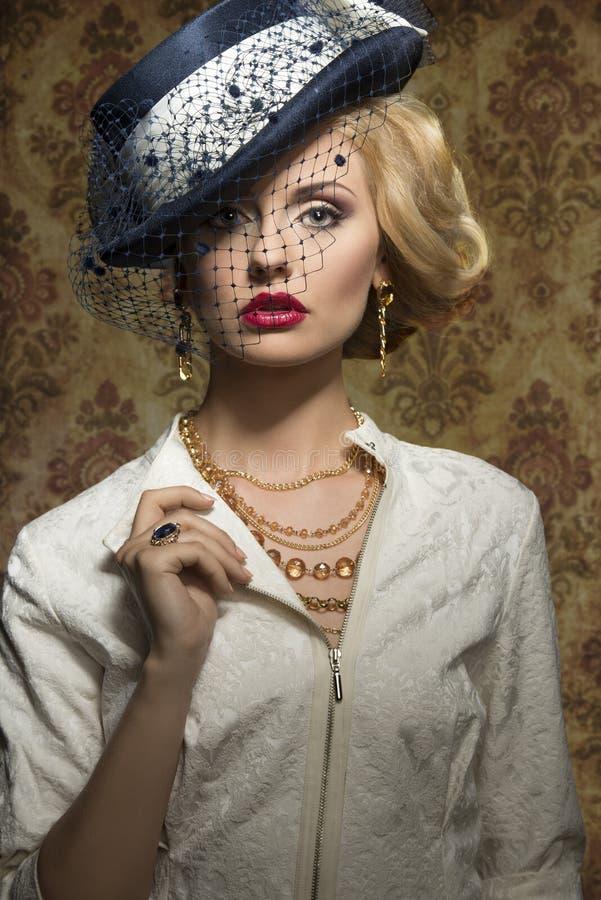 Jovem mulher com estilo na joia fotos de stock