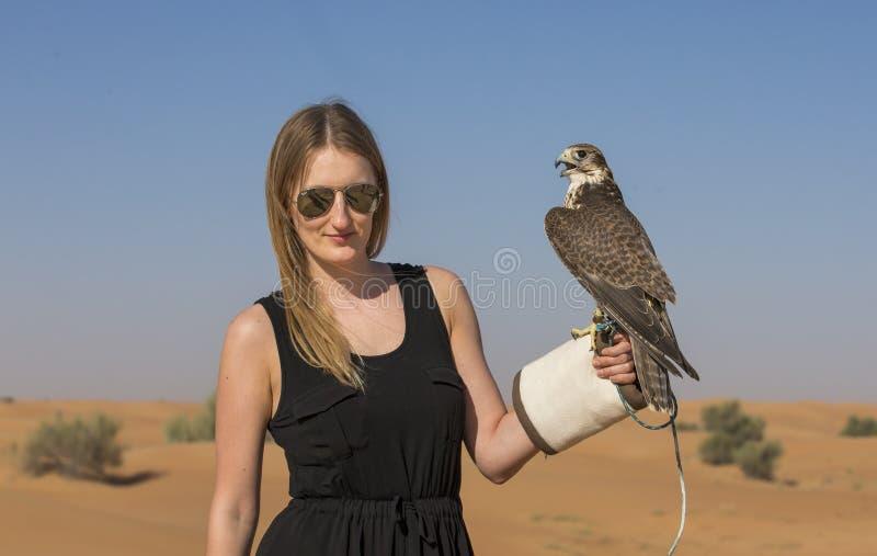 Jovem mulher com falcão do saker fotografia de stock royalty free