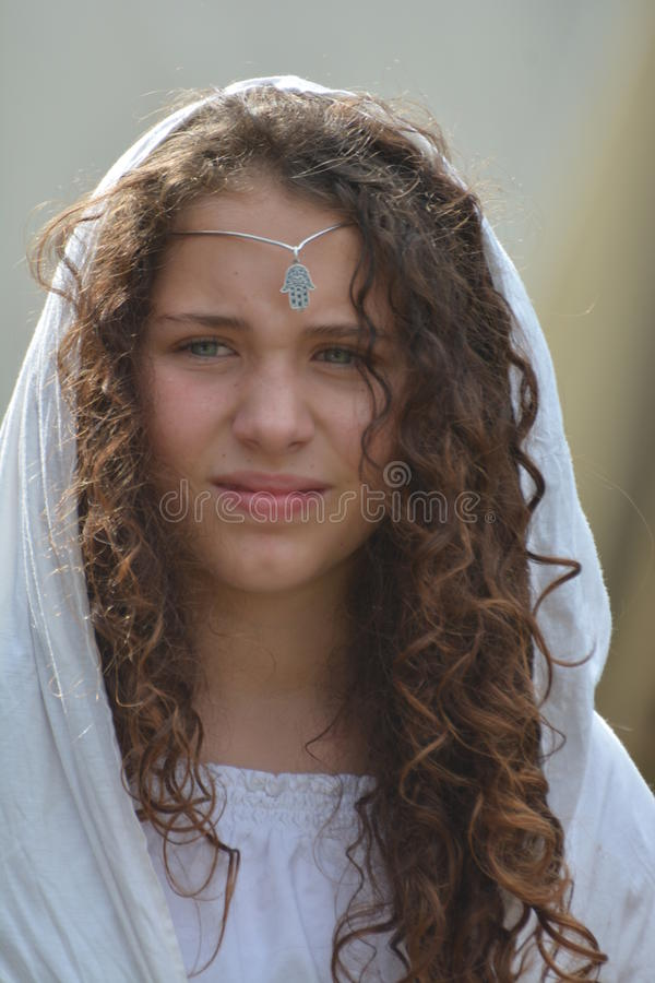 Jovem mulher com Fatima Jewelry imagem de stock