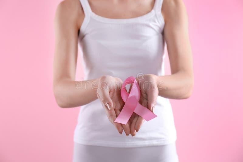 Jovem mulher com fita cor-de-rosa imagens de stock royalty free