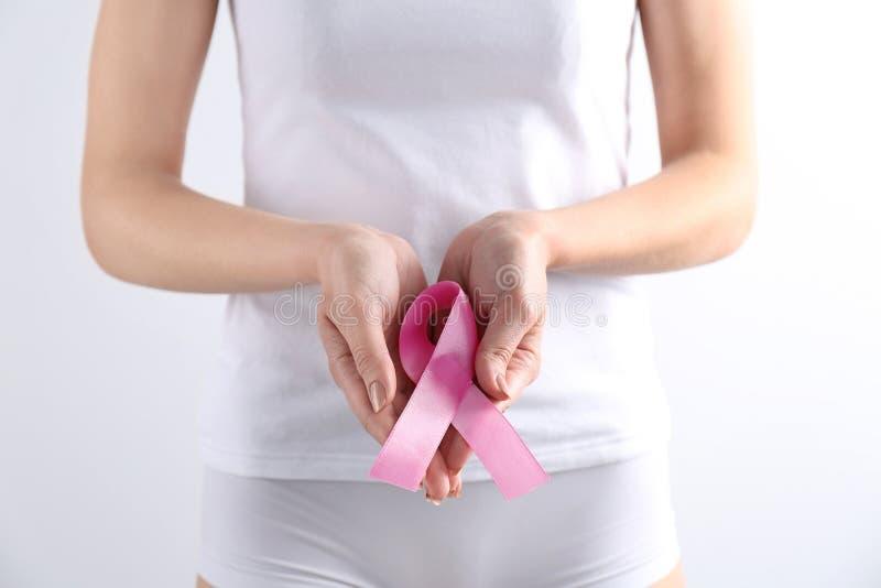 Jovem mulher com fita cor-de-rosa imagem de stock royalty free