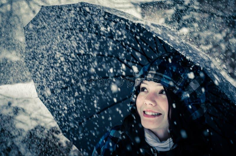 Jovem mulher com guarda-chuva imagens de stock