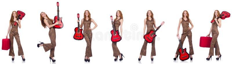 A jovem mulher com a guitarra isolada no branco imagem de stock