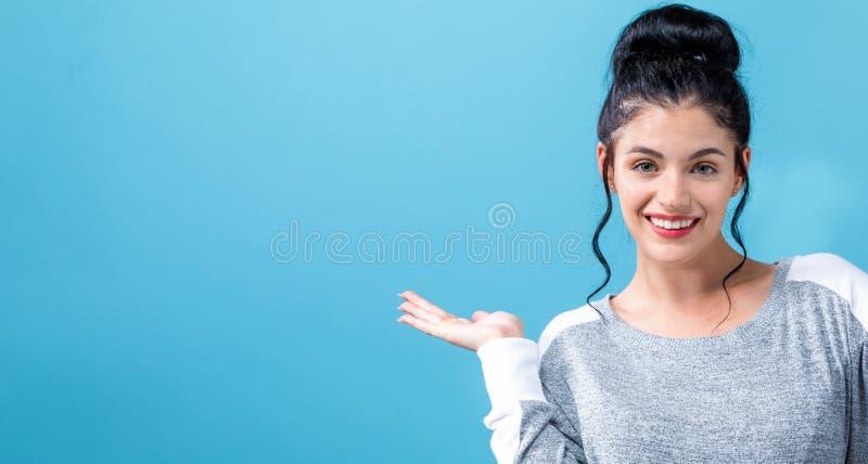 Jovem mulher com indicação do gesto de mão foto de stock