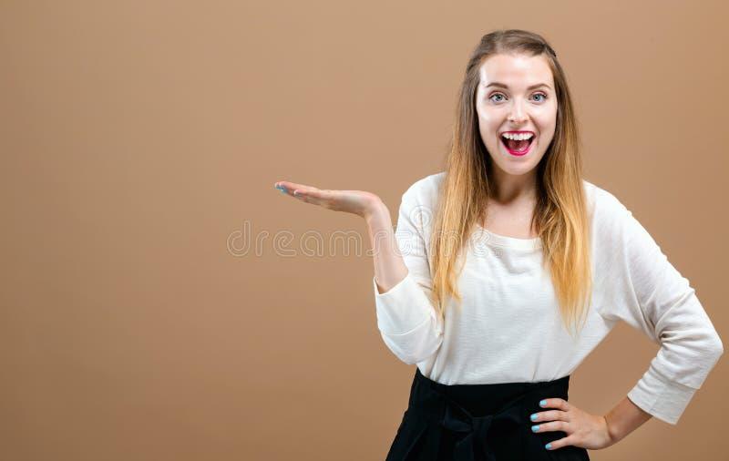 Jovem mulher com indicação do gesto de mão fotografia de stock royalty free