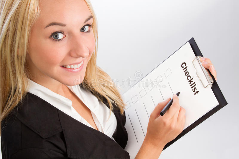 Jovem mulher com lista de verificação foto de stock