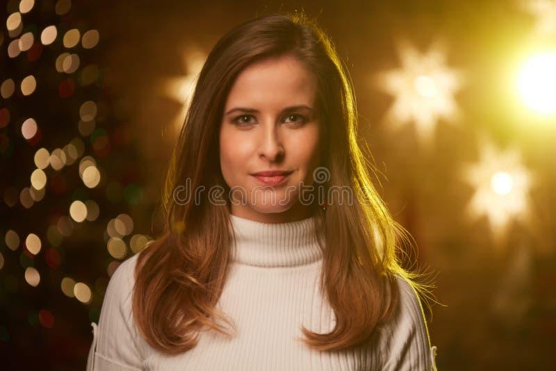 Jovem mulher com luzes de Natal imagens de stock royalty free