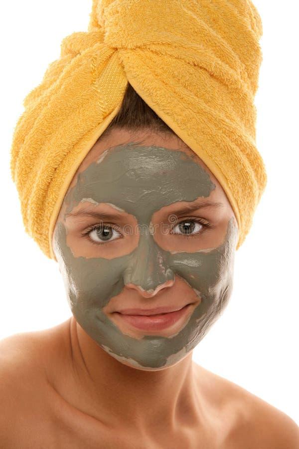 Jovem mulher com máscara da argila em sua cara imagem de stock