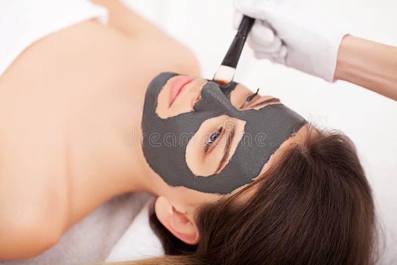 Jovem mulher com máscara facial natural em termas da beleza fotos de stock royalty free