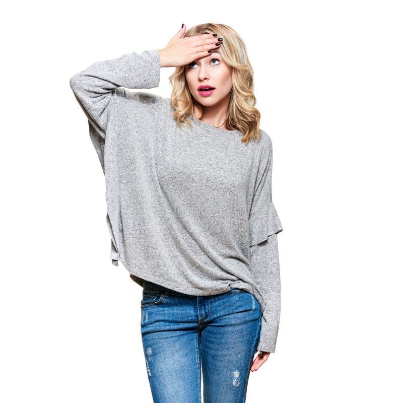 Jovem mulher com mão em sua testa, dissapointed com a notícia incrível, isolada no fundo branco Emoções humanas foto de stock royalty free