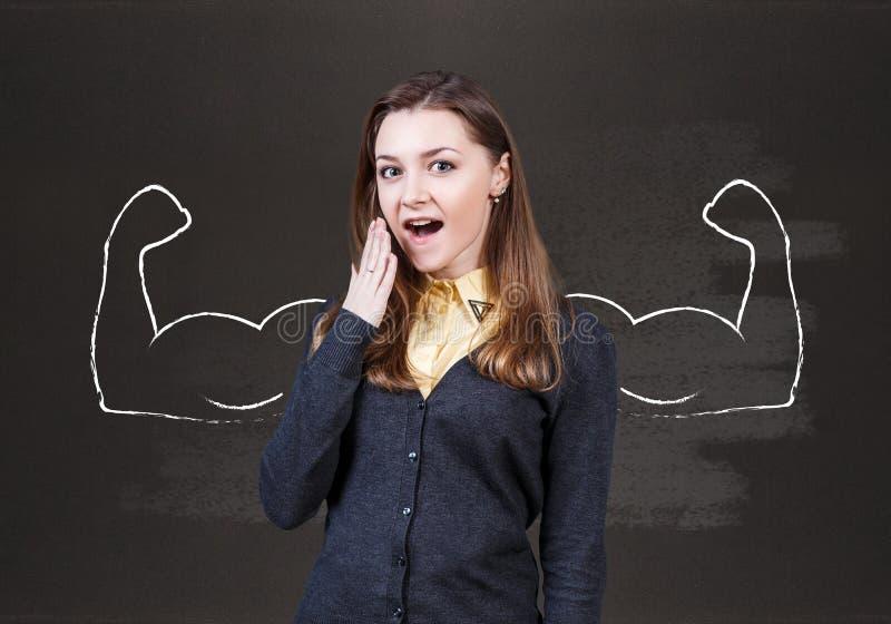 Jovem mulher com mãos poderosas tiradas foto de stock