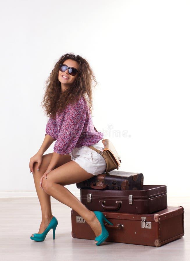 Jovem mulher com malas de viagem fotografia de stock
