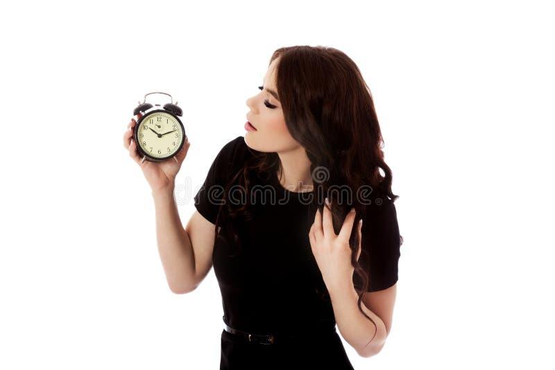 Jovem mulher com o despertador, isolado fotografia de stock