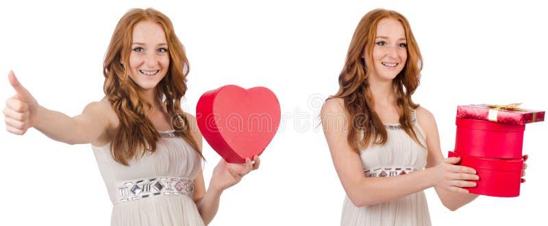 Jovem mulher com o giftbox isolado no branco fotografia de stock royalty free