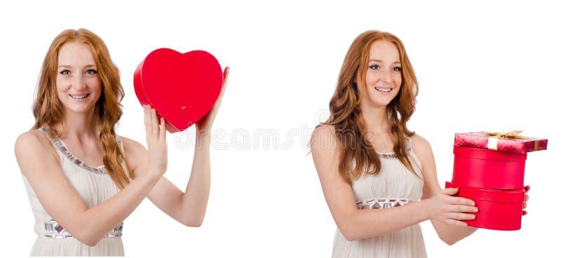 Jovem mulher com o giftbox isolado no branco foto de stock royalty free
