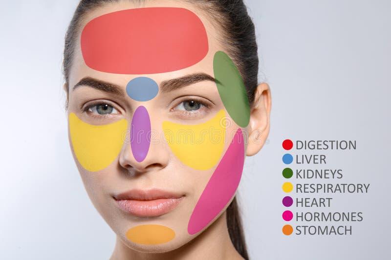 Jovem mulher com o mapa da cara da acne fotografia de stock royalty free