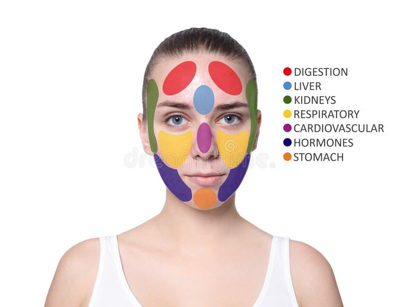Jovem mulher com o mapa da cara da acne no fundo branco foto de stock royalty free