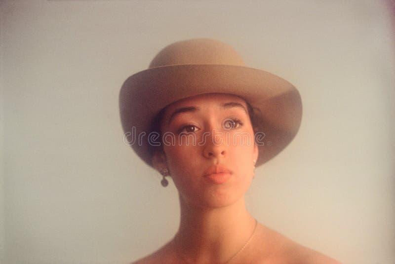 Jovem mulher com o retrato do chapéu de feltro imagem de stock