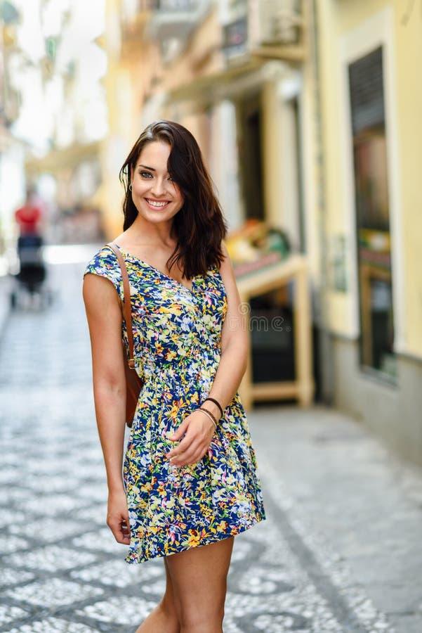 Jovem mulher com olhos azuis com cabelo ondulado marrom fora fotos de stock
