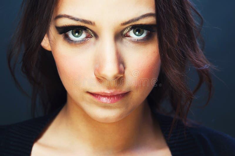 Jovem mulher com olhos bonitos foto de stock royalty free