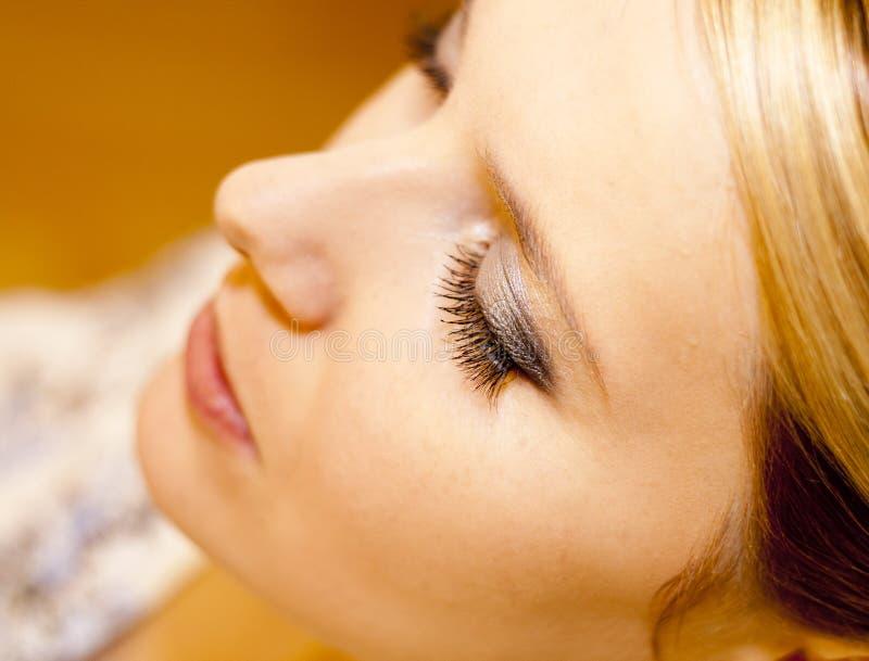 Jovem mulher com olhos fechados foto de stock royalty free