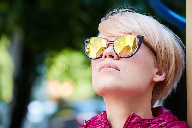Jovem mulher com os óculos de sol vestindo do cabelo louro imagens de stock royalty free