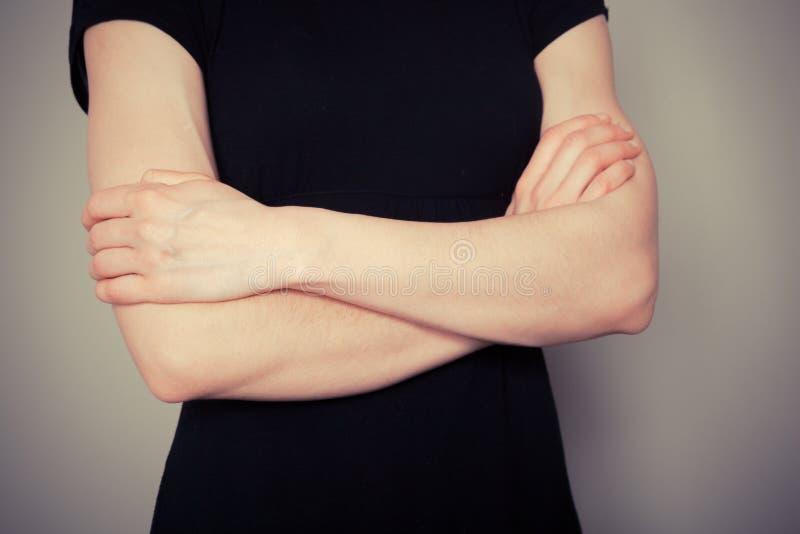 Jovem mulher com os braços cruzados fotos de stock royalty free