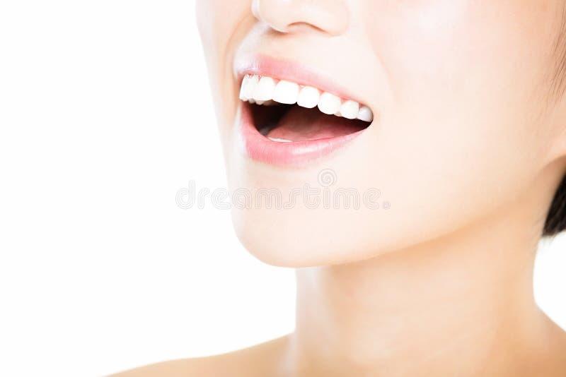 jovem mulher com os grandes dentes brancos saudáveis fotos de stock