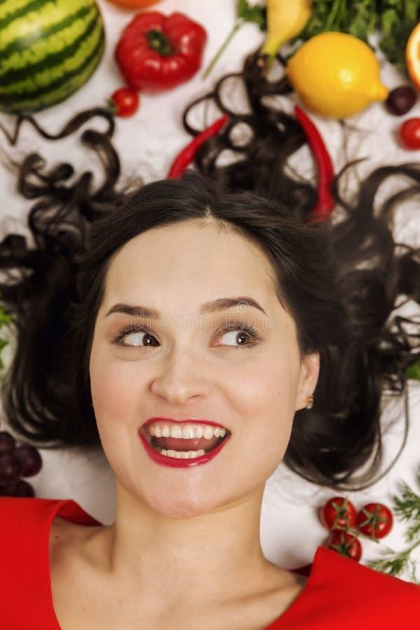 Jovem mulher com os vários vegetais e frutos frescos, close-up fotos de stock royalty free
