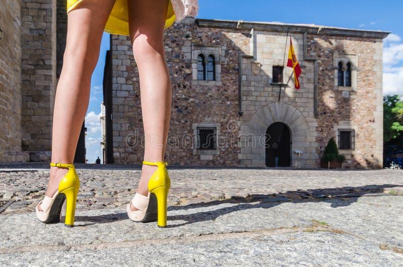 Jovem mulher com pés 'sexy' e a saia amarela fotos de stock