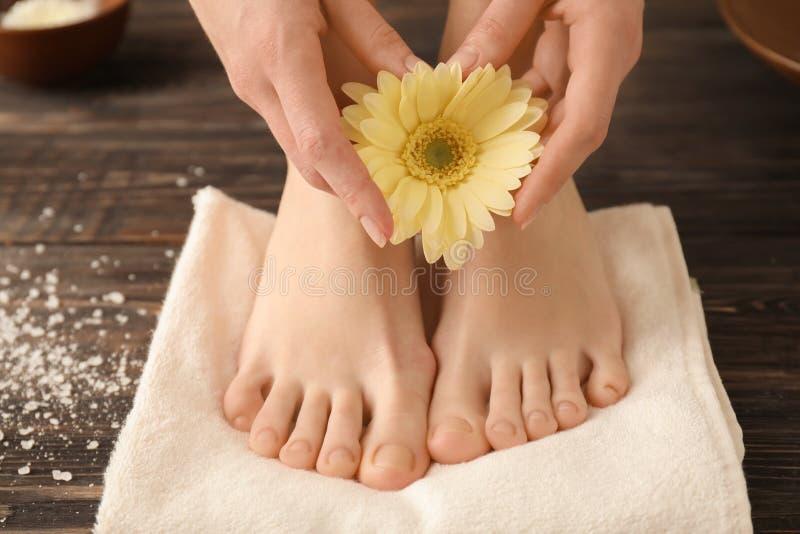 Jovem mulher com pedicure bonito e tratamento de mãos após o tratamento no salão de beleza dos termas fotografia de stock