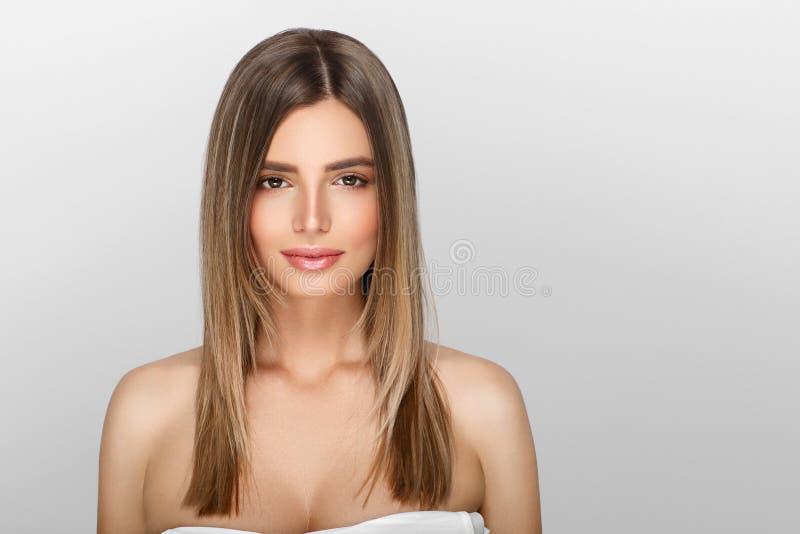 Jovem mulher com pele da beleza e penteado da beleza fotografia de stock