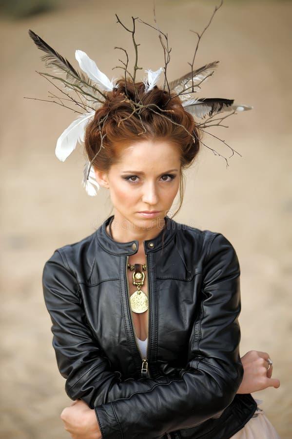 Jovem mulher com penteado criativo imagem de stock royalty free