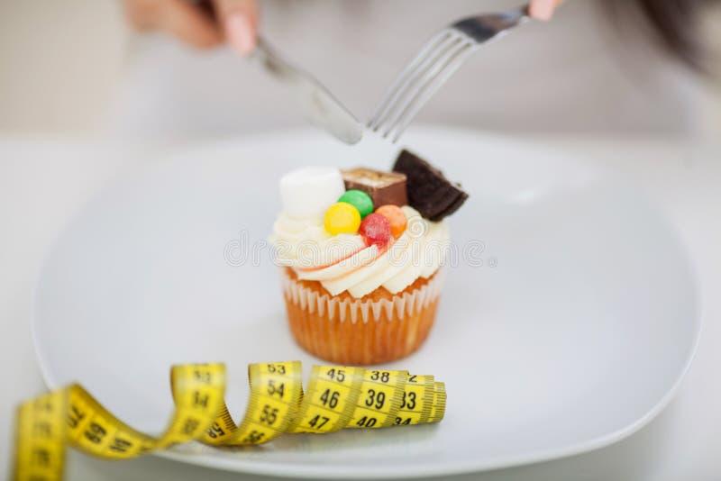 Jovem mulher com a placa dos doces Conceito da dieta Alimento saudável imagem de stock royalty free