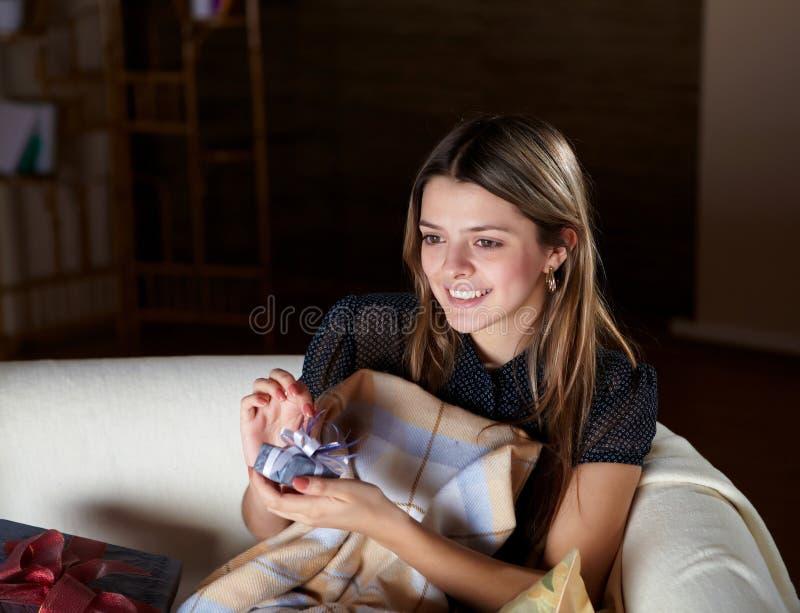 Jovem mulher com presente em casa foto de stock royalty free