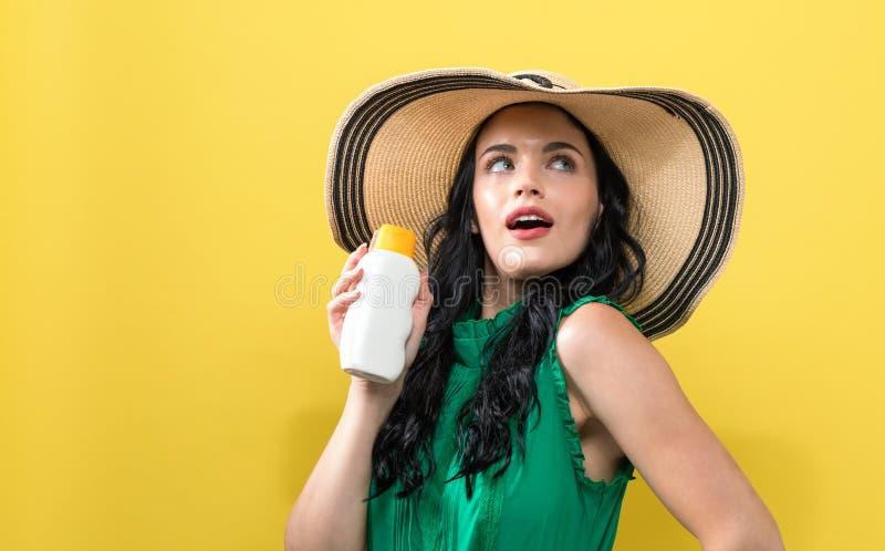 Jovem mulher com prote??o solar fotografia de stock