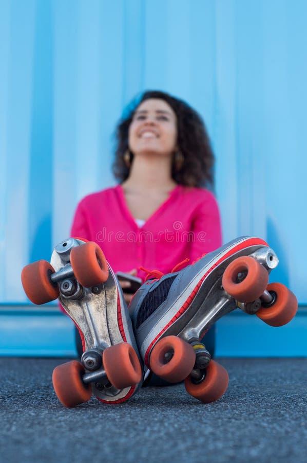 Jovem mulher com rollerskates fotos de stock