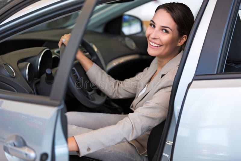 Jovem mulher com seu carro novo fotografia de stock