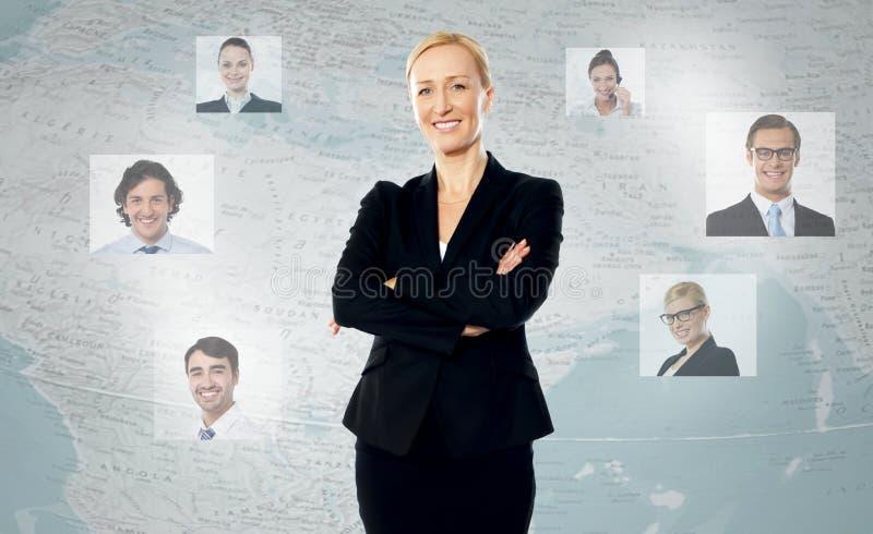Jovem mulher com seus clientes mundiais fotografia de stock