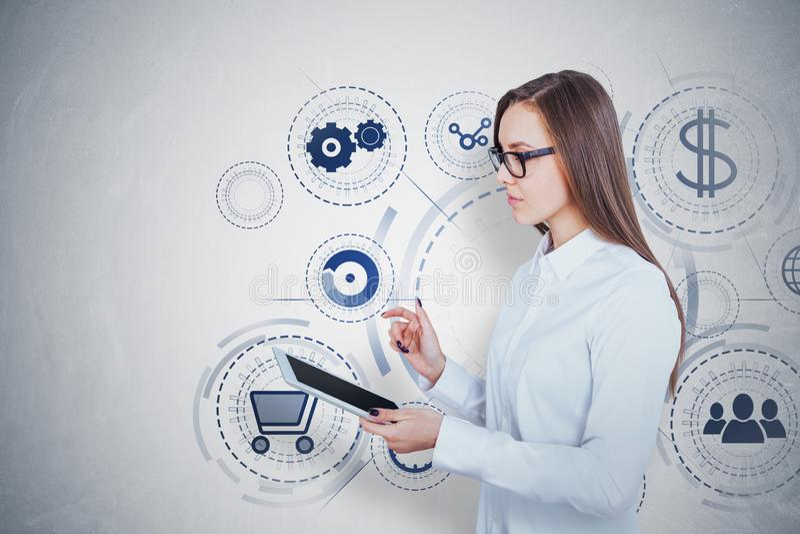 Jovem mulher com tabuleta, compra em linha imagem de stock